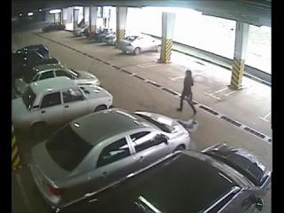 Девочка выезжает с парковки - 5 машин собрала